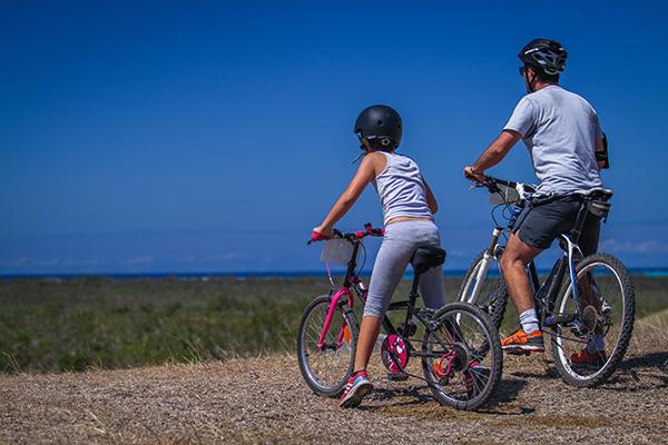 Phot père et fille à vélo